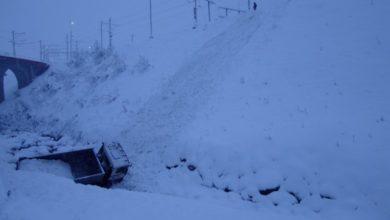 Photo of St. Moritz, camion colmo di neve precipita nel fiume Inn. Illeso il conducente