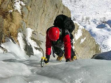 L'uomo è precipitato per fortuna solo per pochi metri ed è stato soccorso dalla Guide valdostante e trasportato in elicottero all'ospedale di Aosta