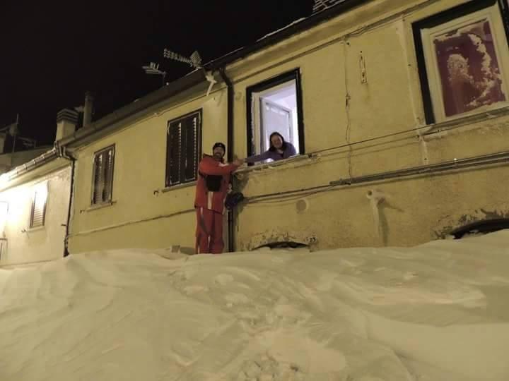 Neve a capracotta si scavano cunicoli e si esce dalle - Su di esso si esce da una porta finestra ...