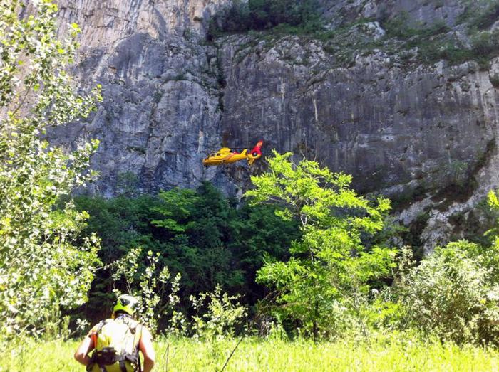 Soccorritore e elicottero del soccorso alpino di Trento, in un intervento nella Valle del Sarca. ANSA/UFF STAMPA SOCCORSO ALPINO +++NO SALES, EDITORIAL USE ONLY+++