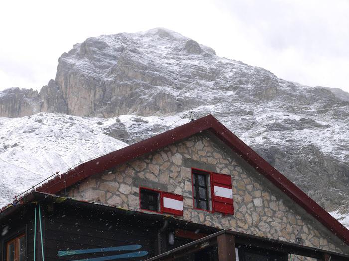 Il rifugio Franchetti a 2433 metri di altitudine, sul Gran Sasso d'Italia, con la prima neve che imbianca il Corno Grande, 24 settembre 2015. ANSA/FACEBOOK RIFUGIO FRANCHETTI +++ ANSA PROVIDES ACCESS TO THIS HANDOUT PHOTO TO BE USED SOLELY TO ILLUSTRATE NEWS REPORTING OR COMMENTARY ON THE FACTS OR EVENTS DEPICTED IN THIS IMAGE; NO ARCHIVING; NO LICENSING +++