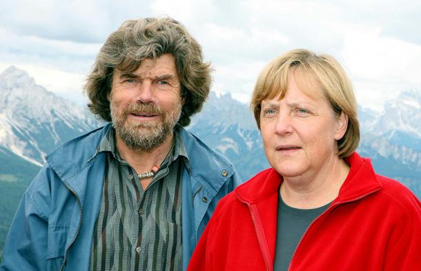 Il cancelliere tedesco Angela Merkel a Cibiana di Cadore con Reinhold Messner il 16 agosto 2006. MAURIZIO RICCARDI/ANSA