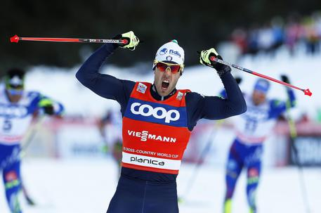 epa05104783 Federico Pellegrino of Italy celebrates after winning the men's Sprint final of the FIS Cross Country Skiing World Cup in Planica, Slovenia, 16 January 2016.  EPA/ANTONIO BAT