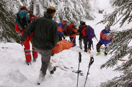 SIO102 - 20030205 - CHAMPEX, SWITZERLAND : Rescuers recover one of the six skiers who have been burried under an avalanche that went down right under the chair lift of La Breya in Champex, Switzerland, Wednesday, February 5, 2003. Four people were found dead, one women was injured, one man saved. EPA PHOTO KEYSTONE/POLICE CANTONALE VALAISANNE/ANP TK
