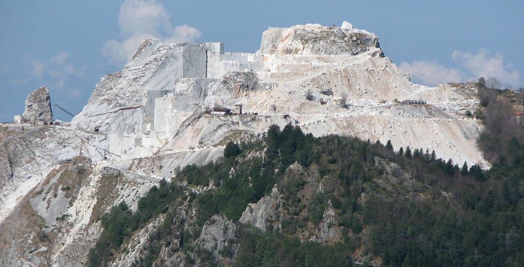 La cava delle Cervaiolei da Passo Croce. Il Picco Falcovaia non esiste più