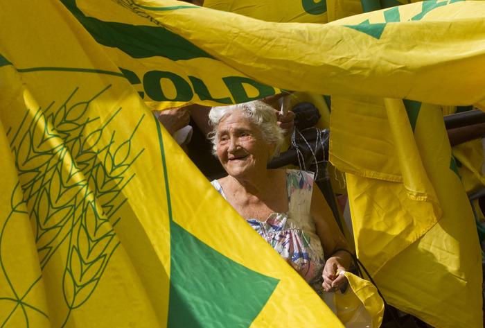 Una donna anziana tra le bandiere gialle della Coldiretti durante la manifestazione in piazza Montecitorio, Roma, 20 luglio 2010. ANSA/MASSIMO PERCOSSI/GID