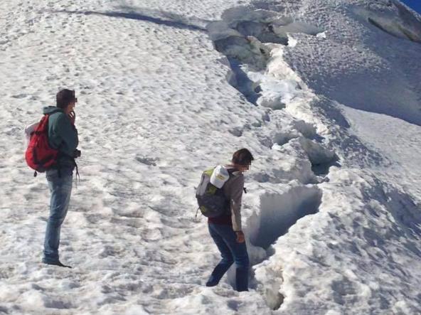 Photo of Turisti sul ghiacciaio del Gigante in jeans e scarponcini