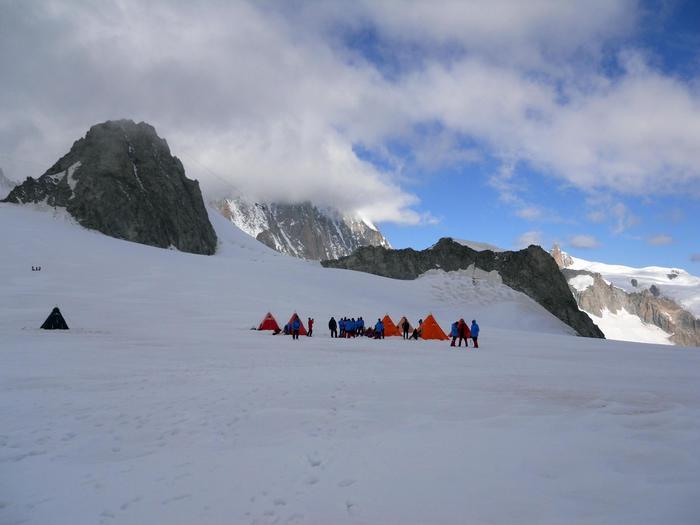 Esercito addestra su Monte Bianco scienziati Enea per campagna antartica. Campo allestito su Monte Bianco durante laddestramento degli scienziati Enea da parte del Centro addestramento alpino - DA ANSA AOSTA