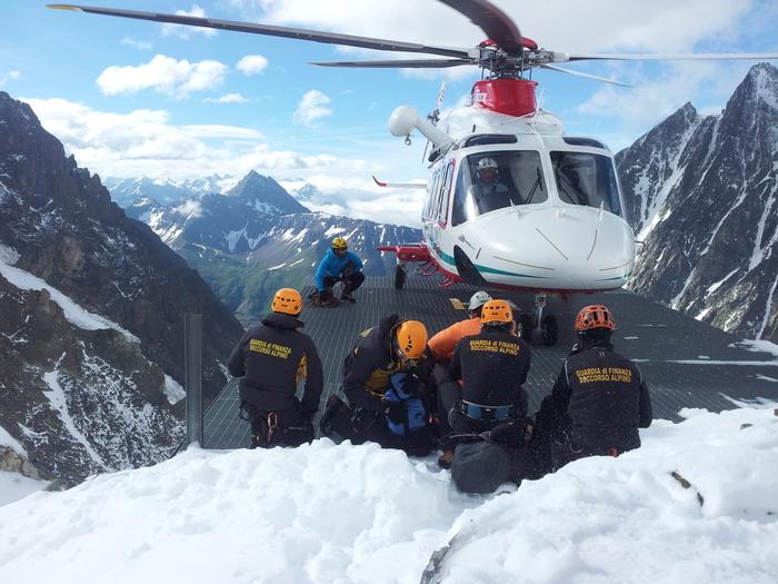 Aosta: le ricerche sulla via normale italiana del Monte Bianco della guida alpina valdostana Ferdinando Rollando, di 52 annit, e del suo cliente francese di 15 anni, dispersi da mercoledì scorso. Impegnati il Soccorso alpino valdostano e il Soccorso alpino della Guardia di finanza.