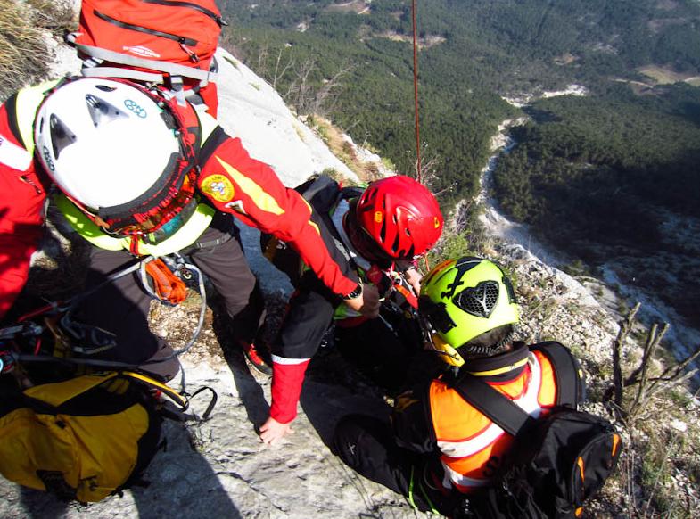 Tragedia in Trentino: cadono in un dirupo durante escursione, morti due 13enni