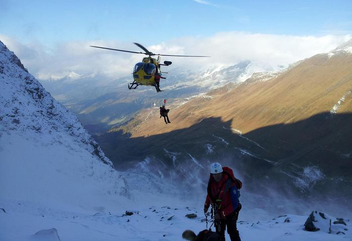 Le operazioni di ricerca dei due alpinisti dispersi sulla Gran Vedretta, a quota 2.600 in Alto Adige, 24 ottobre 2016. ANSA/Zum Foto / Heli-Rega ANSA PROVIDES ACCESS TO THIS HANDOUT PHOTO TO BE USED SOLELY TO ILLUSTRATE NEWS REPORTING OR COMMENTARY ON THE FACTS OR EVENTS DEPICTED IN THIS IMAGE; NO ARCHIVING; NO LICENSING