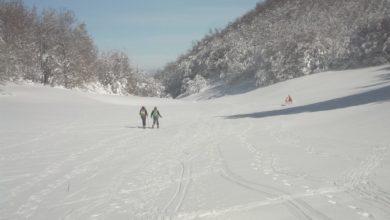 Photo of Gran Sasso, ciaspolata tra segnali stradali sommersi dalla neve