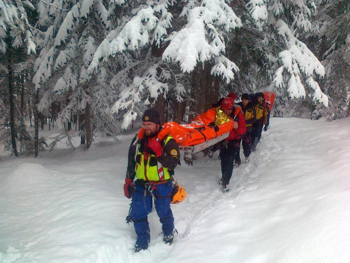 Soccorritori durante le operazioni di recupero di uno dei partecipanti a un corso di arrampicata sul ghiaccio investiti da una valanga sulla cascata Specchio di Biancaneve a Sappada (Belluno), 02 febbraio 2013. ANSA/UFFICIO STAMPA CNSAS +++EDITORIAL USE ONLY - NO SALES+++