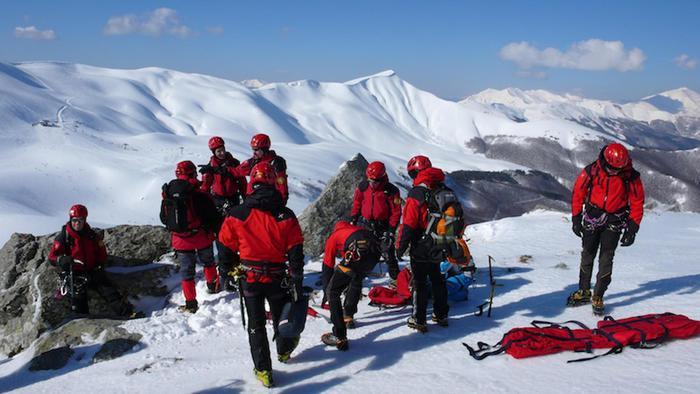 Una foto d'archivio di un'operazione del Soccorso Alpino dell'Emilia Romagna (Saer) sul Corno alle Scale (Appennino Bolognese), duffusa il 5 aprile 2015. Una valanga ha travolto due escursionisti, estratti vivi e strasportati in gravi condizioni con l'elisoccorso in ospedale. ANSA/ SAER +++ ANSA PROVIDES ACCESS TO THIS HANDOUT PHOTO TO BE USED SOLELY TO ILLUSTRATE NEWS REPORTING OR COMMENTARY ON THE FACTS OR EVENTS DEPICTED IN THIS IMAGE; NO ARCHIVING; NO LICENSING +++