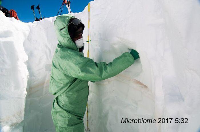 Trento, campionamento della neve sulle Alpi alla ricerca di batteri del Sahara. ++NO SALES, EDITORIAL USE ONLY++