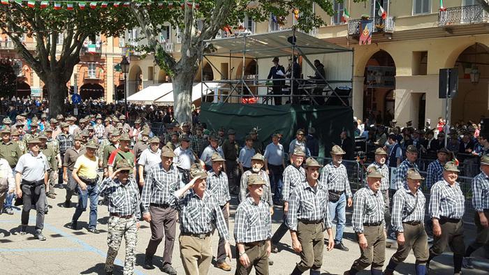 Alpini durante la sfilata in occasione della 89/esima Adunata nazionale ad Asti, 15 magio 2016. ANSA/MANUELA MACARIO