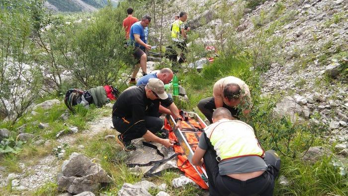 (ANSA) - CIMOLAIS (PORDENONE), 7 AGO - Un escursionista di 54 anni, di Verona, è morto in seguito a un malore che lo ha colpito mentre saliva, assieme ad alcuni compagni di gita, lungo il sentiero che dal Rifugio Pordenone conduce a Casera Pecoli, a quota 1200 metri, in comune di Cimolais (Pordenone).     L'uomo è stato raggiunto dai tecnici del Soccorso Alpino della Valcellina, ma ogni intervento di rianimazione, anche con l'utilizzo del defibrillatore, è risultato vano.     Sul posto è atterrato anche l'elicottero della Centrale operativa di Udine, il cui medico di bordo ha potuto soltanto constatare il decesso dell'uomo per arresto cardiaco.     Rilievi sono in corso da parte dei Carabinieri di Cimolais: sentito il magistrato di turno, la salma è stata rimossa e condotta all'ospedale di Maniago (Pordenone). (ANSA).