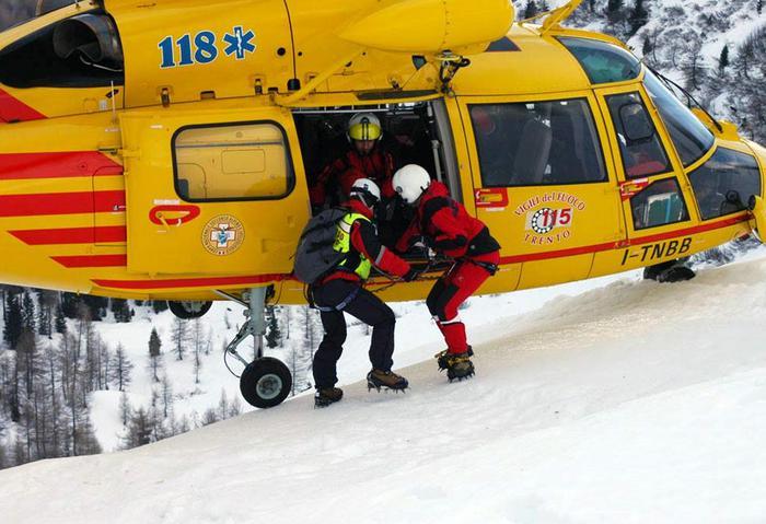 Una foto tratta dal profilo Facebook del Corpo Nazionale Soccorso Alpino e Speleologico - CNSAS mostra l'elisoccorso di Trento e le squadre del Soccorso Alpino che stanno ancora intervenendo sul versante nord-ovest della Presanella dove attorno alle 9,30 si è verificato un grave incidente alpinistico che avrebbe coinvolto numerosi alpinisti in progressione in cordata sul ghiacciaio.+++ATTENZIONE LA FOTO NON PUO' ESSERE PUBBLICATA O RIPRODOTTA SENZA L'AUTORIZZAZIONE DELLA FONTE DI ORIGINE CUI SI RINVIA+++