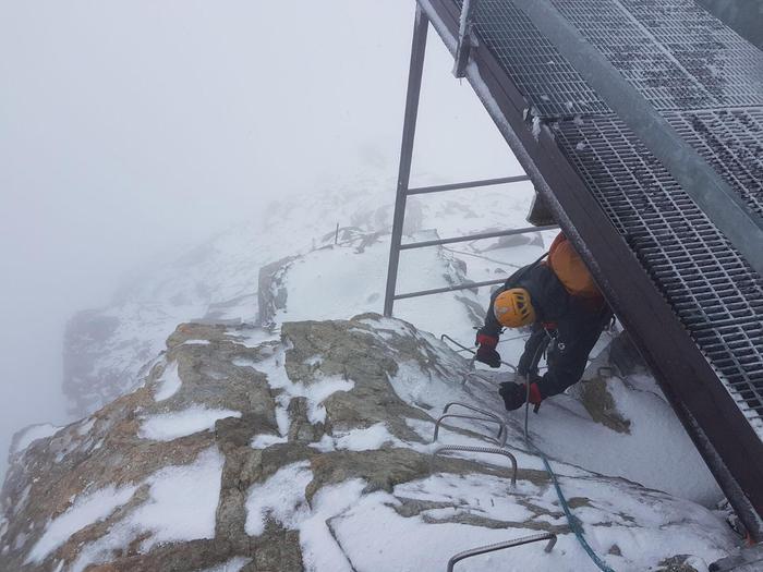 Sono stati portati a valle i due alpinisti spagnoli bloccati da mercoledì sul Cervino. Gli uomini del Soccorso alpino valdostano e i finanzieri del Sagf li hanno raggiunti in tarda mattinata alla Capanna Carrel (3.830 metri) - dove i due erano riusciti a trovare riparo giovedì - accompagnandoli a una quota più bassa. A circa 3.000 metri, al 'sasso dello zucchero', sono stati raggiunti dall'elicottero che li ha portati Cervinia, dove sono a disposizione dei finanzieri. Durante un contatto radio, giovedì, hanno riferito che il loro compagno di scalata è morto, ma ancora non e' stato posibile recuperarne il corpo. L'allarme era scattato mercoledì, quando erano bloccati a 4.400 metri di quota sulla scala Jordan, probabilmente per un problema a una corda. I soccorsi sono stati ostacolati dal maltempo, 1 settembre 2017. ANSA/Centrale unica del soccorso Valle d'Aosta