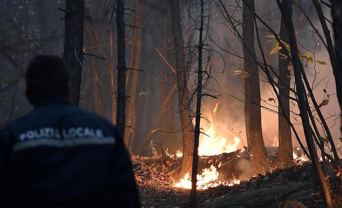 Un momento di uno dei roghi nei boschi delle montagne di Cantalupa nel Pinerolese, dove è emergenza incendi e dove ieri un 26enne è morto d'infarto mentre tagliava alcuni alberi per non alimentare il fuoco. Torino, 26 ottobre 2017. ANSA/ ALESSANDRO DI MARCO