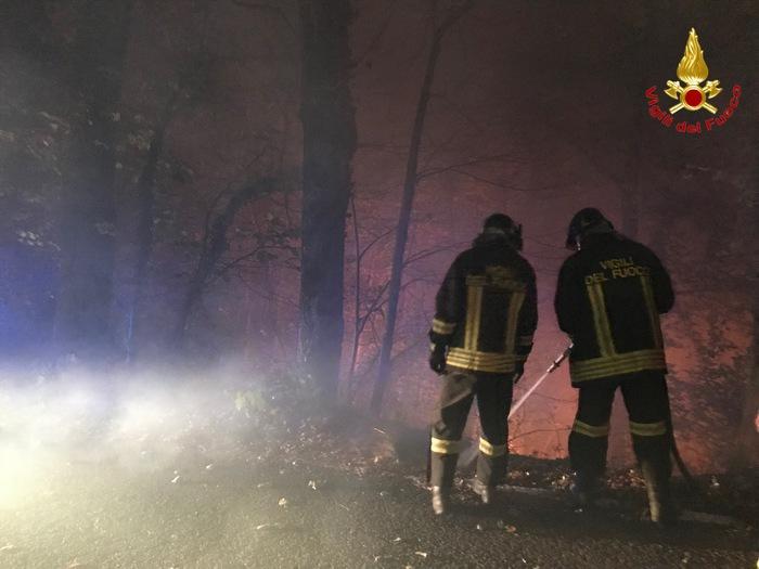Vigili del fuoco in azione per domare un incendio divampato in uno i boschi delle Alpi Orobie nel comune di Forcola (Sondrio), 28 Ottobre 2017. ANSA/ UFFICIO STAMPA/ VIGILI DEL FUOCO  +++ NO SALES, EDITORIAL USE ONLY +++