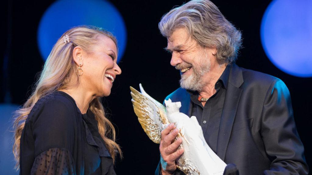 """Der Bergsteiger Reinhold Messner (r) bekommt am 04.11.2017 in der Alten Oper in Frankfurt am Main (Hessen) beim 36. Deutscher Sportpresseball die Auszeichnung """"Legende des Sports"""" von Sängerin Anastacia überreicht. Foto: Frank Rumpenhorst/dpa +++(c) dpa - Bildfunk+++"""