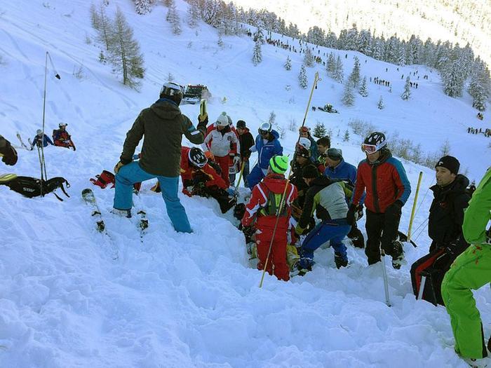 I soccorritori in azione dopo la valanga abbattutasi sul Monte Spicco, in valle Aurina, travolgendo uno sciatore quattordicenne, che e' rimasto gravemente ferito, 06 gennaio 2014. ANSA/ VIGILI DEL FUOCO DI CAMPO TURES   +++ HO - NO SALES, EDITORIAL USE ONLY +++