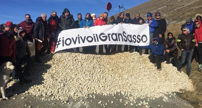 Santo Stefano di Sessanio (L'Aquila), protesta per strada chiusa sul Gran Sasso