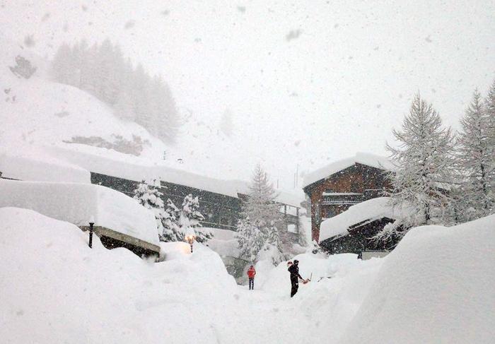 Cervinia durante la forte nevicata, 04 gennaio 2018.  ANSA/ENRICO MARCOZ