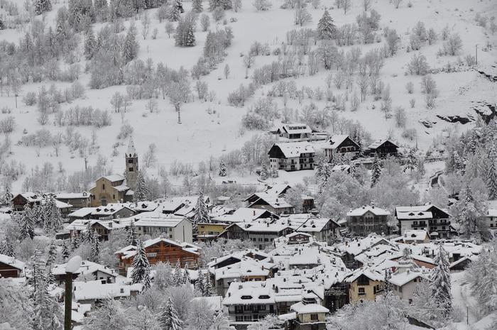 Tanta neve sulle Montagne Olimpiche. Dall'Alta Val Chisone all'Alta Valle di Susa ne sono caduti dai 40 agli 80 centimetri nelle giornate del 25 e 26 dicembre. Molta neve sia nelle varie stazioni turistiche che sulle piste della Vialattea. Pragelato, Sestriere, Cesana Torinese, Sauze di Cesana, Sauze dOulx e Claviere sono invase dalla neve. 26 dicembre 2013. ANSA/UFFICIO STAMPA EZIO ROMANO/++ NO SALES, EDITORIAL USE ONLY.  NO ARCHIVES ++