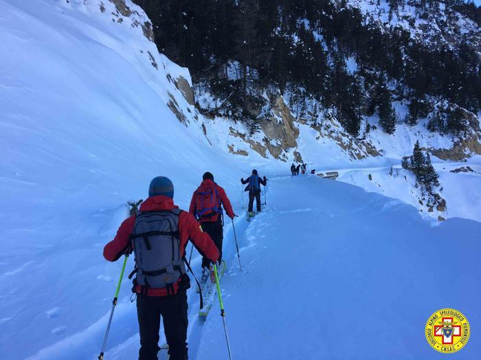 In scarpe da ginnastica in mezzo alla neve nel tentativo di raggiungere la Francia attraverso le montagne sopra Bardonecchia. Sei migranti di origine guineana sono stati raggiunti dal soccorso alpino, a bordo di un gatto delle nevi e poi con le pelli di foca, sul colle della Scala, 20 dicembre 2017. Nonostante il freddo, e la stanchezza, non hanno voluto essere riaccompagnati a valle, preferendo proseguire verso Nevache.  ANSA/UFFICIO STAMPA CNSAS +++ ANSA PROVIDES ACCESS TO THIS HANDOUT PHOTO TO BE USED SOLELY TO ILLUSTRATE NEWS REPORTING OR COMMENTARY ON THE FACTS OR EVENTS DEPICTED IN THIS IMAGE; NO ARCHIVING; NO LICENSING +++