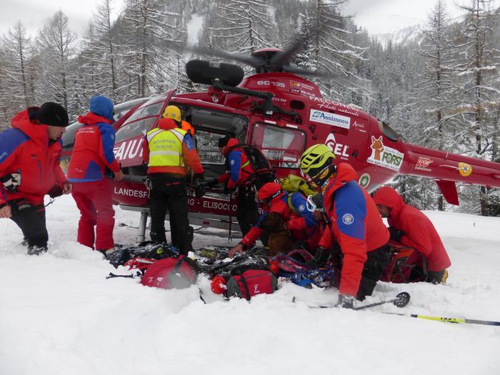 (ARCHIVIO) Personale del soccorso alpino al lavoro dopo una valanga nel territorio di Racines (Alto Adige), in una immagine del 18 gennaio 2015.  ANSA/UFFICIO STAMPA VIGILI DEL FUOCO VALLE AURINA +++EDITORIAL USE ONLY - NO SALES+++