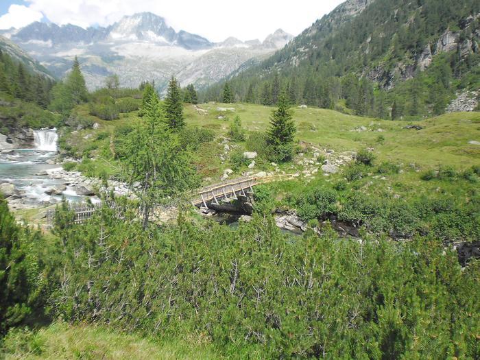 Manutenzione passerella in Val di Fumo nel parco Adamello Brenta, in Trentino. ANSA/UFF STAMPA PARCO ADAMELLO BRENTA +++NO SALES, EDITORIAL USE ONLY+++