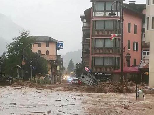 Le eccezionali piogge che nel pomeriggio di oggi hanno interessato gran parte del Trentino e, in particolare, l'abitato di Moena, hanno lasciato dietro di sÈ danni e disagi alla circolazione ma non hanno provocato danni a residenti o alle migliaia di turisti che in questo periodo affollano le valli della provincia. La zona maggiormente colpita dalle piogge Ë stata la bassa valle di Fassa ed in particolare l'abitato di Moena.