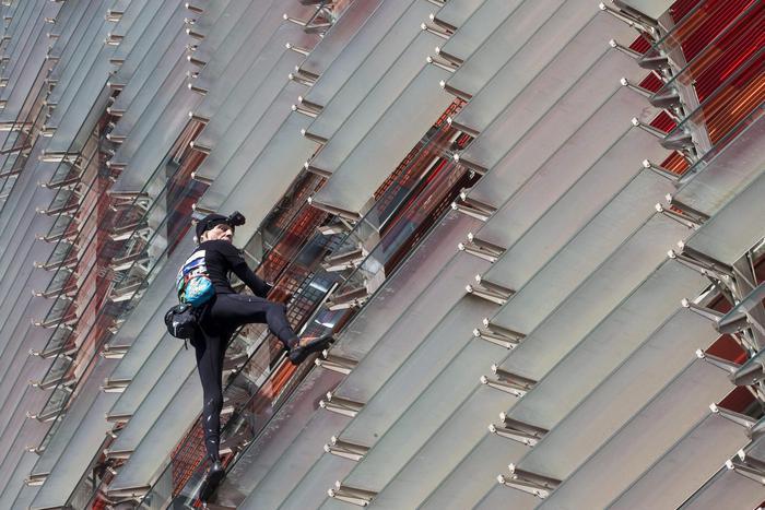 Photo of L'Uomo Ragno colpisce ancora: scalata Heron Tower di Londra