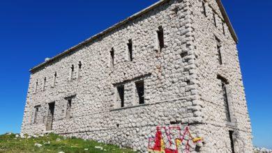 Photo of Gran Sasso, imbrattato il Rifugio Diruto (mai completato)