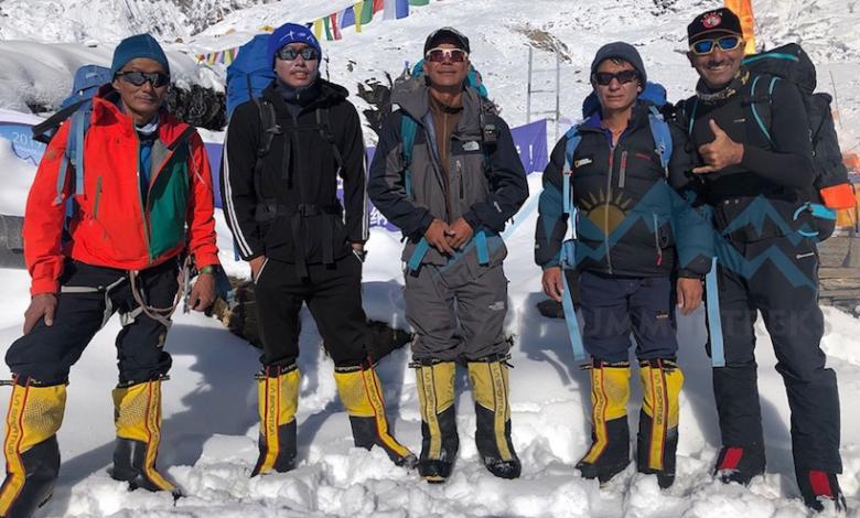 Photo of Ali Sapdara e 4 sherpa in vetta al Manaslu