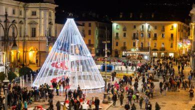 """Photo of Ad Aosta si """"scala"""" l'albero di Natale"""