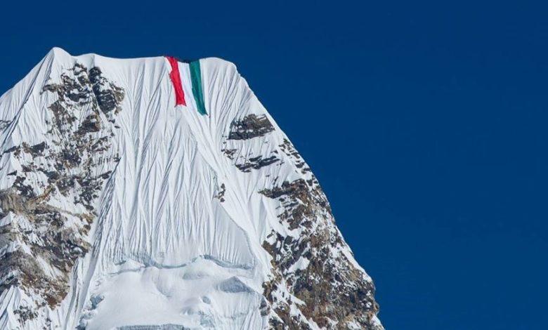 Photo of Bandiera gigante su Ama Dablam, la risposta di Nirmal Purja