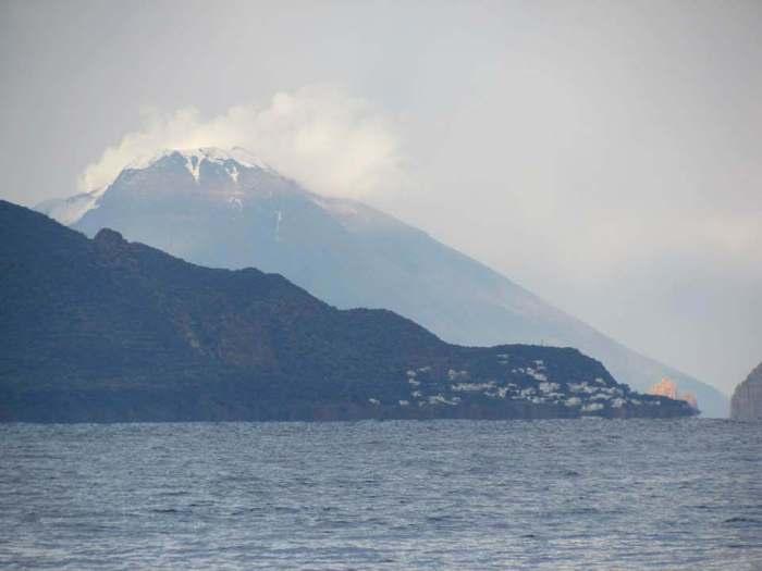 stromboli eruzione neve