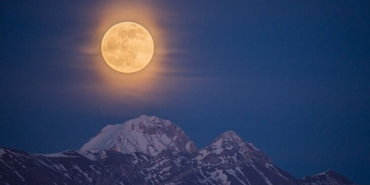 Photo of La luna piena illumina il Gran Sasso, che scatto!