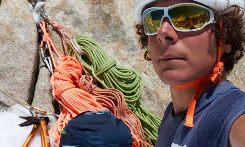 Photo of Fabian Buhl si lancia in parapendio dalla vetta del Cerro Torre