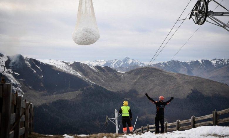 Photo of Francia, neve portata sulle piste da sci in elicottero dalla montagna