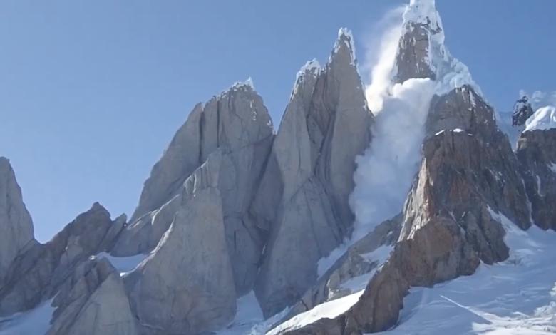 Photo of L'incredibile video del crollo del fungo di ghiaccio sul Cerro Torre